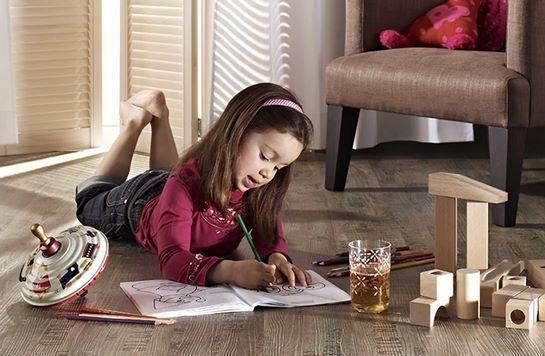 Девочка на полу из кварц-винила