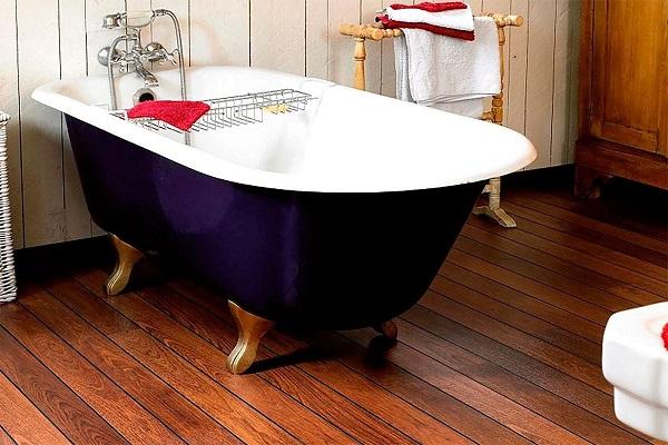 Ванная комната с полом из палубной доски